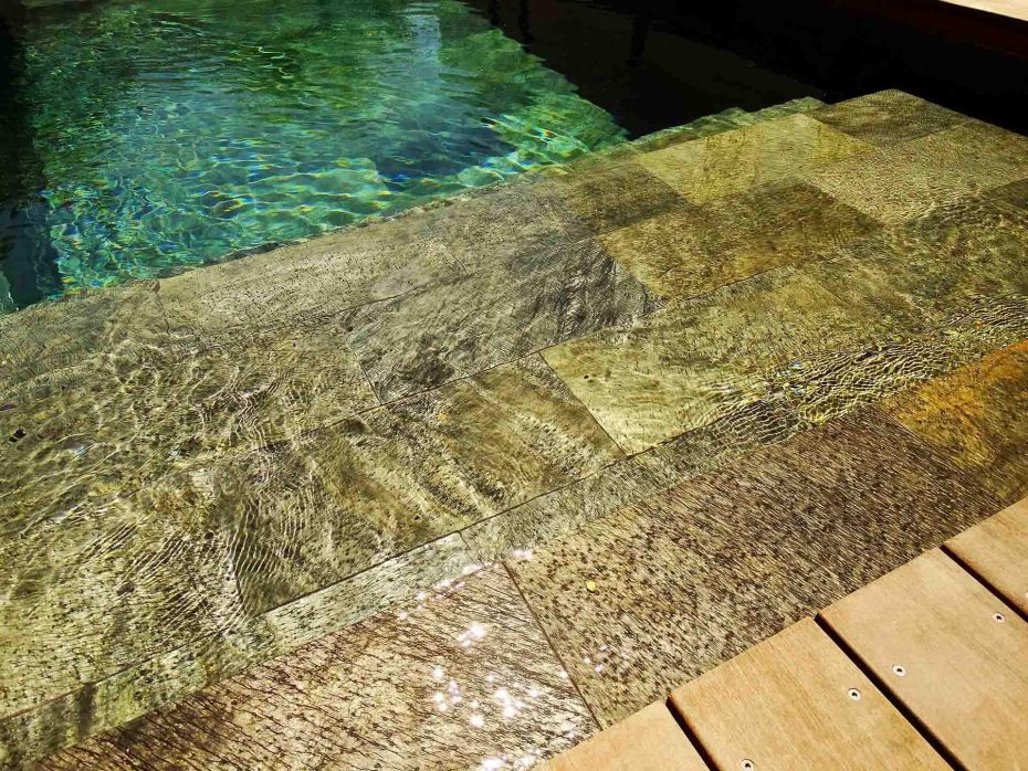 Piscine en pierre naturelle quartzite r f rence silver for Carrelage quartzite